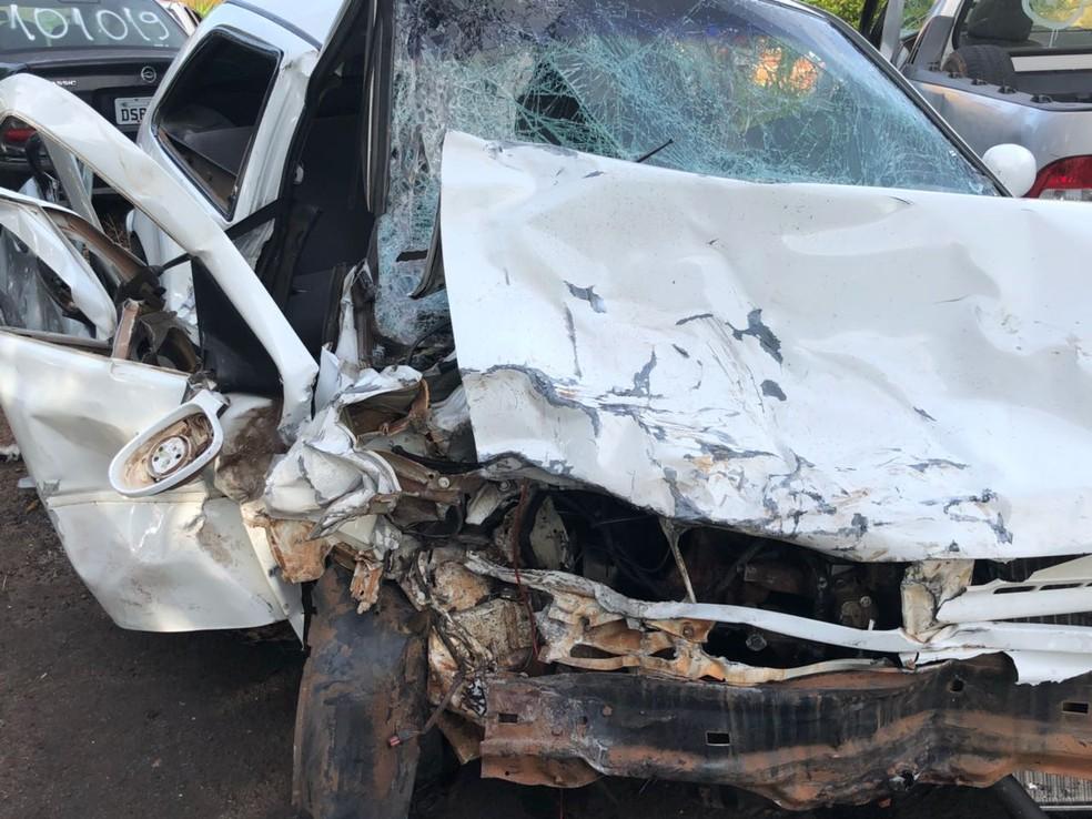 Carros ficaram bastante danificados com impacto na Rodovia Transbrasiliana em Getulina (Foto: J. Serafim / Divulgação )