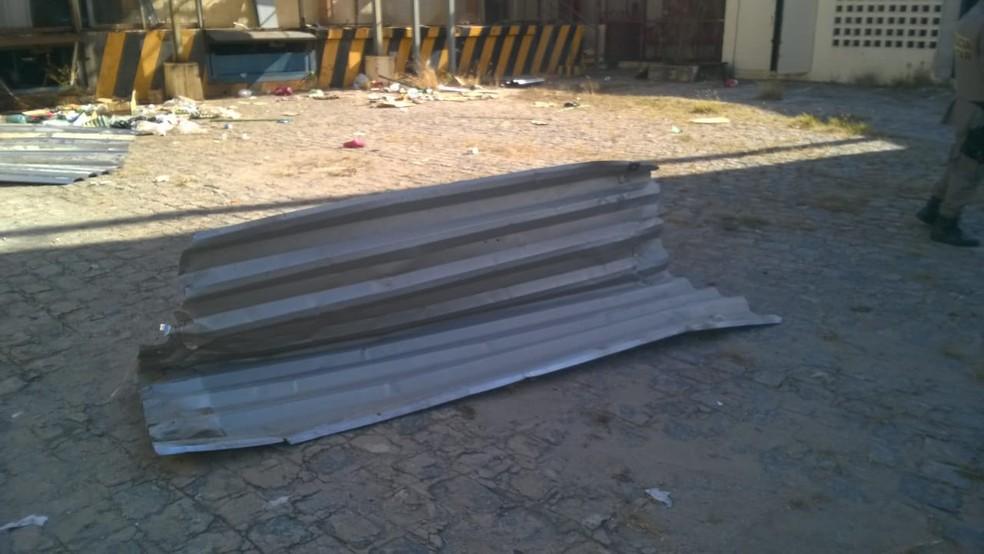 Segundo a polícia, telhas seriam vendidas pelos suspeitos (Foto: Matheus Tenório/G1)