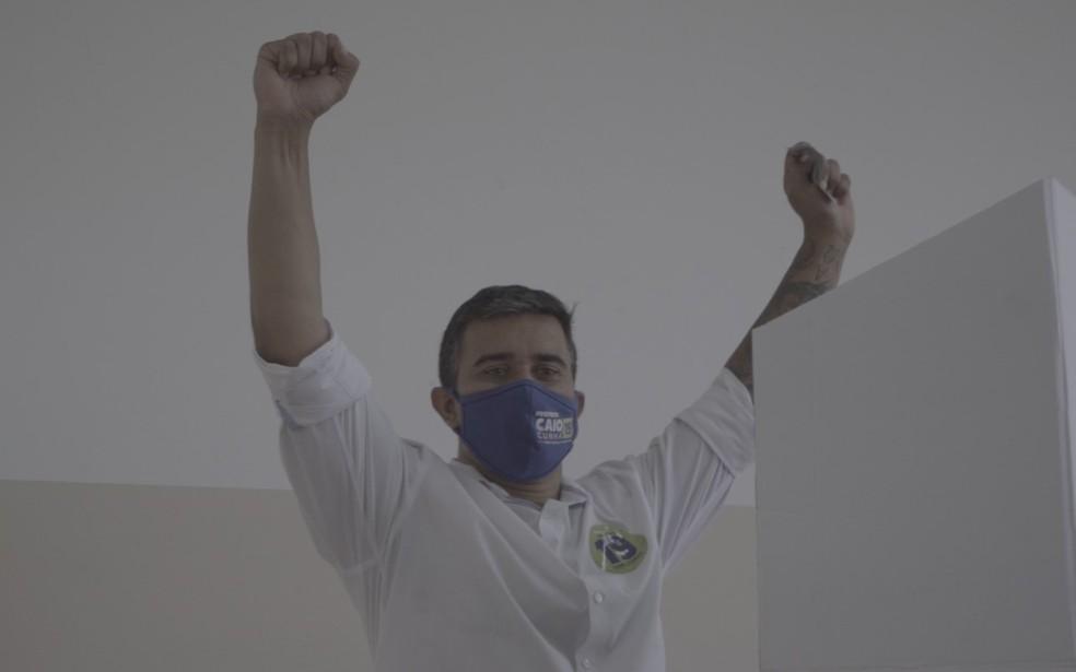 Candidato a prefeito de Mogi pelo Podemos, Caio Cunha, depois de votar na Escola Estadual Aprígio de Oliveira, na região central — Foto: Reprodução