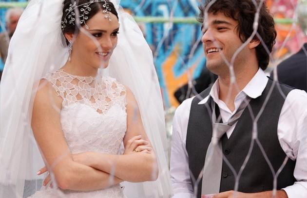 Cida (Isabelle Drummond) e Elano (Humberto Carrão) de 'Cheias de charme' tiveram um casório duplo com.... (Foto: TV Globo)