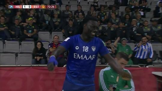 Gomis faz golaço para o Al Hilal e comemora diante dos jogadores do Fla