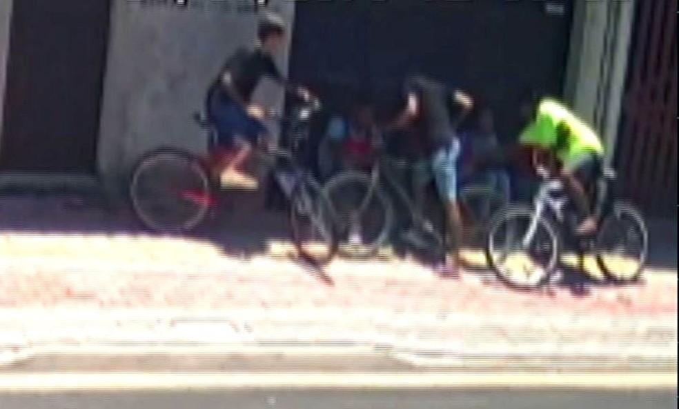 Trio assaltou vendedores em Praia Grande, SP (Foto: Reprodução)