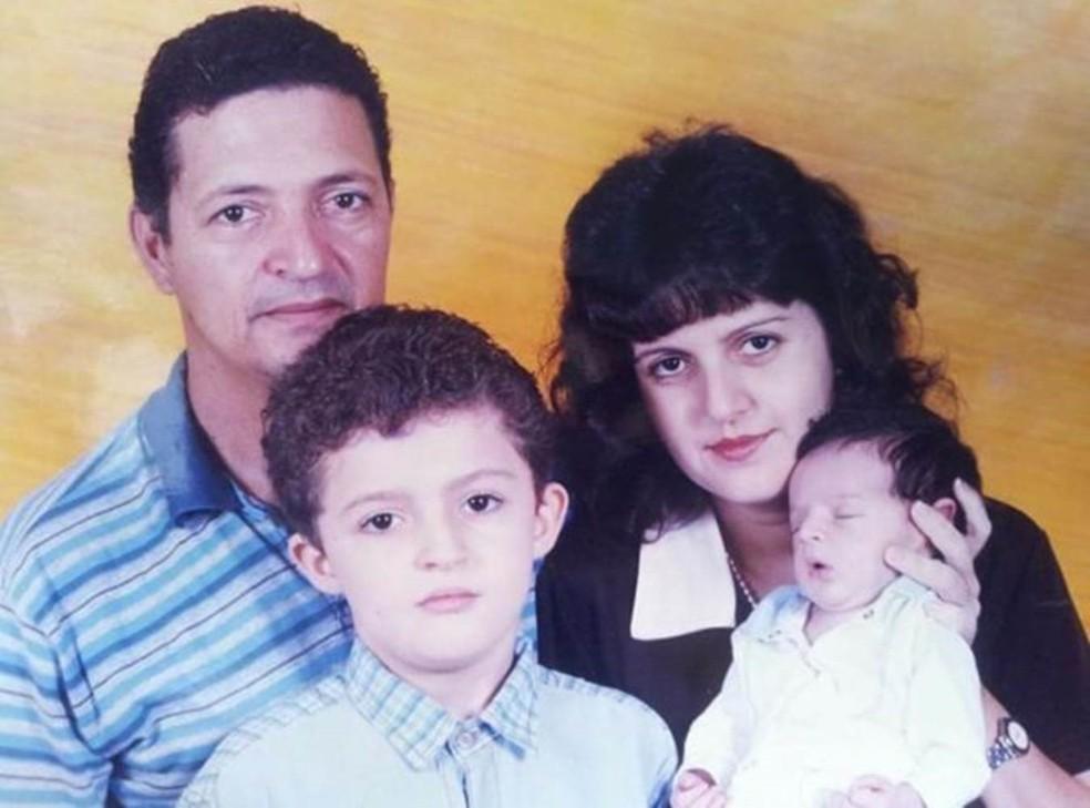 A morte do pai em acidente do carro, quando Enã tinha sete anos, despertou interesse pela medicina — Foto: Arquivo pessoal