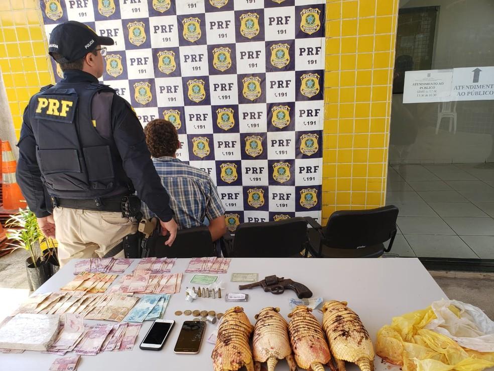 Homem de 20 anos foi preso e confessou ter roubado carro. Ele estava com arma, drogas, dinheiro e quatro tatus — Foto: Divulgação/PRF