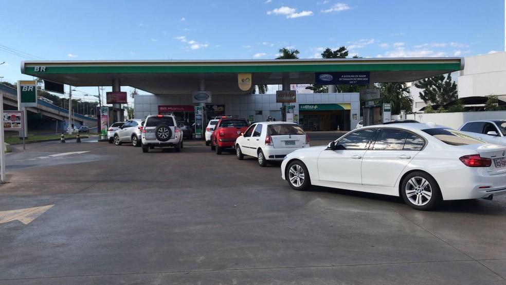 Alguns postos voltam a ter combustível em Cuiabá (Foto: Cristina Mayumi/ TVCA)