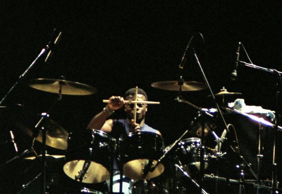 Andy Anderson toca bateria em show — Foto: Reprodução/Facebook/Andy Anderson