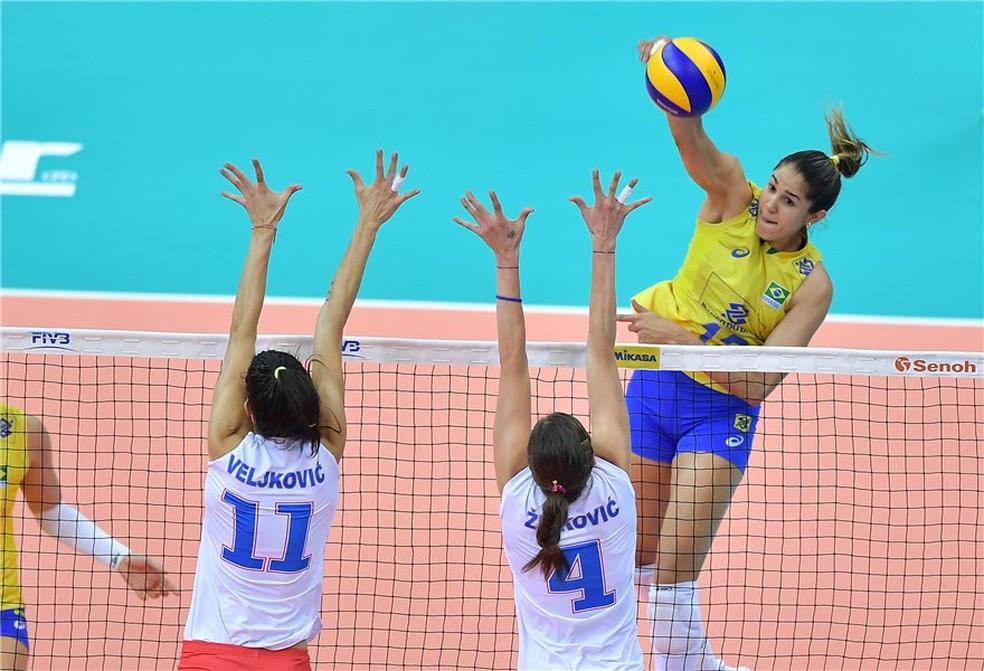 A seleção contou também com a versatilidade de Natália para passar pelo forte time sérvioi (Foto: FIVB / Divulgação)