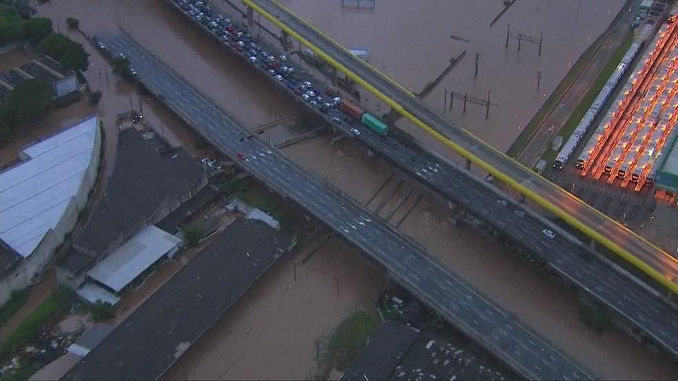 Alagamentos interditam vias e travam trânsito em SP — Foto: Reprodução/TV Globo