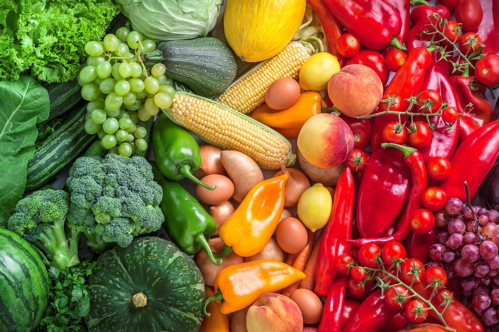 O aumento do consumo de alimentos integrais que contenham antioxidantes naturais pode oferecer benefícios para a saúde. Entre eles, frutas, como amoras, maçãs, peras, groselha, legumes, como cebola, brócolis, alcachofra, berinjela, aspargo. (Foto: istock)
