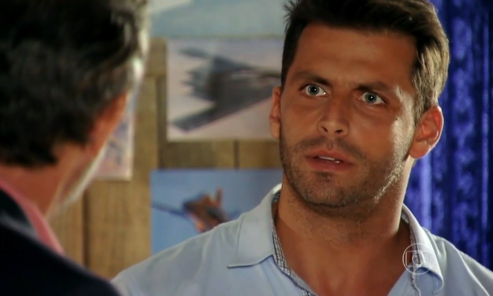 Cassiano (Henri Castelli) fica perplexo ao saber que Duque (Jean Pierre Noher) era sócio de Dom Rafael (Cesar Troncoso) - 'Flor do Caribe' — Foto: Globo