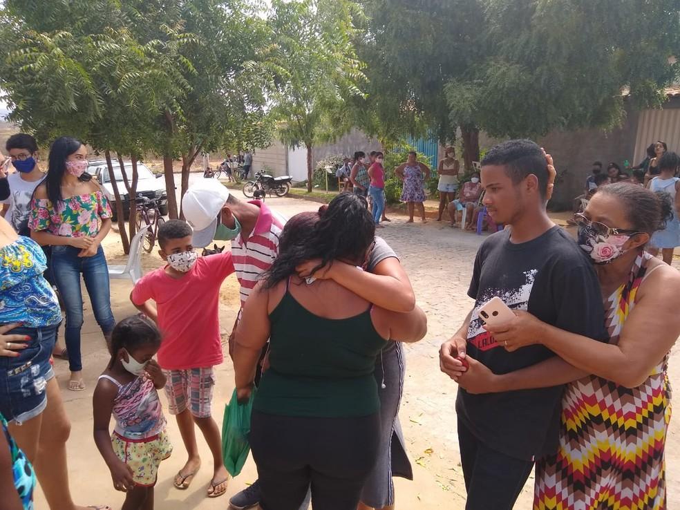 Tristeza também marcou o velório de João Pedro, que viajava para reencontrar os pais — Foto: Ana Carolina Ferreira/Inter TV Grande Minas