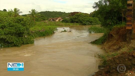 Famílias voltam às casas após enchente em Barreiros e previsão é de mais chuva para a região