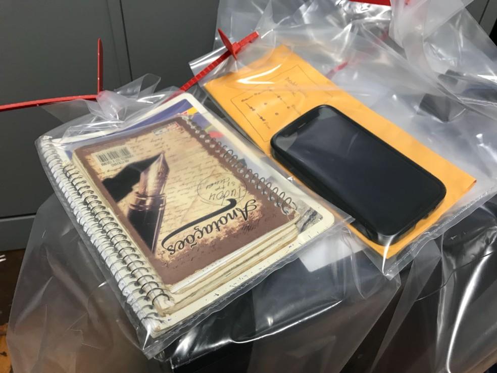Com um dos suspeitos, em Botucatu, foram apreendidos cadernos com endereços de sites com pornografia  (Foto: Murilo Barbosa / TV TEM )