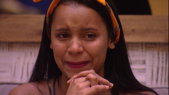 Gleici escuta recado da mãe e chora