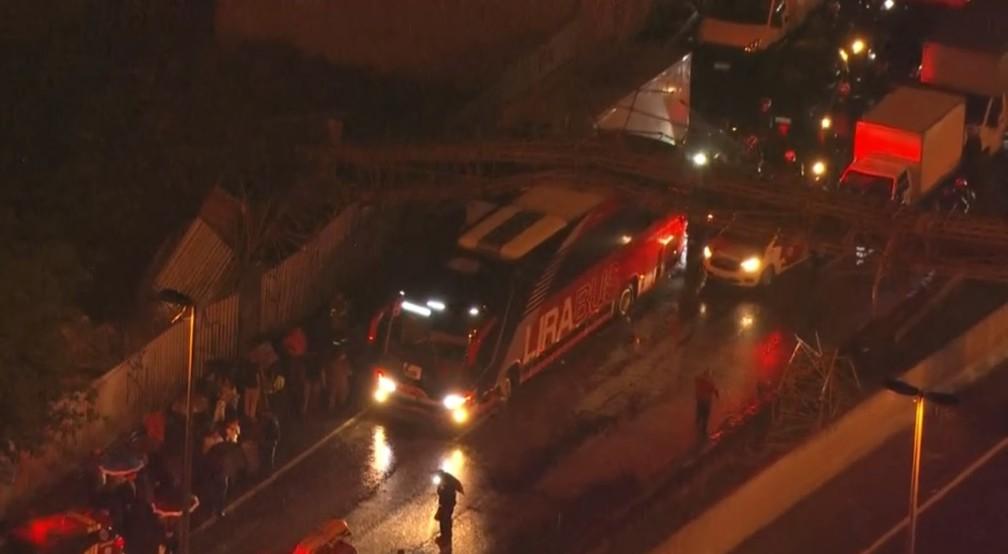 Ônibus da LiraBus, atingido por passarela na Marginal Tietê, seguia para Capivari — Foto: Reprodução/ SP2