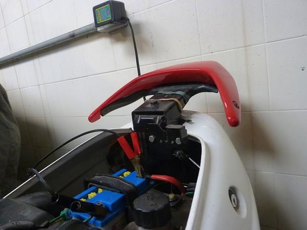 Bateria com carregador conectado (Foto: Roberto Agresti)