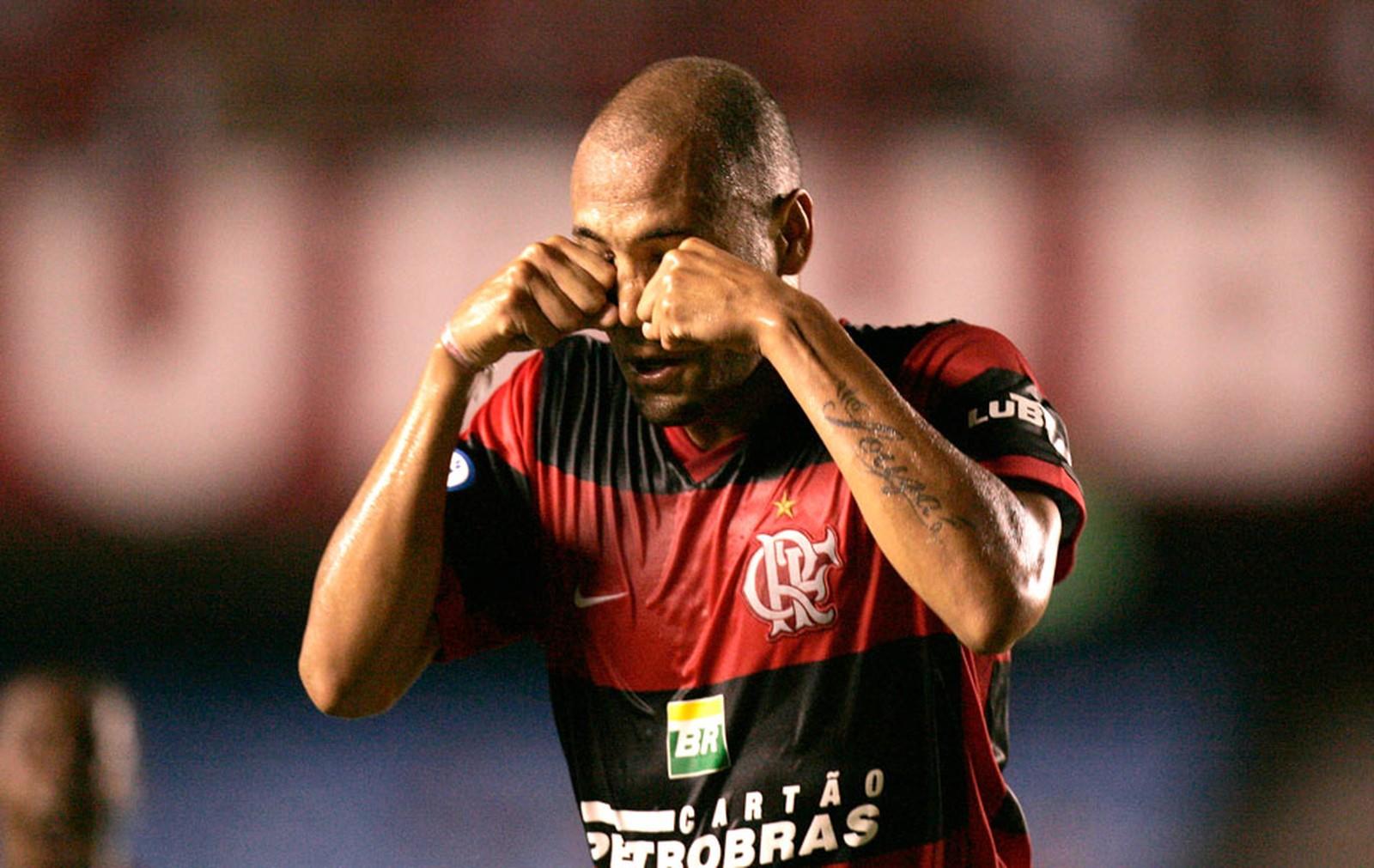 O adeus do Caveirão: aos 36 anos, Souza confirma aposentadoria dos gramados