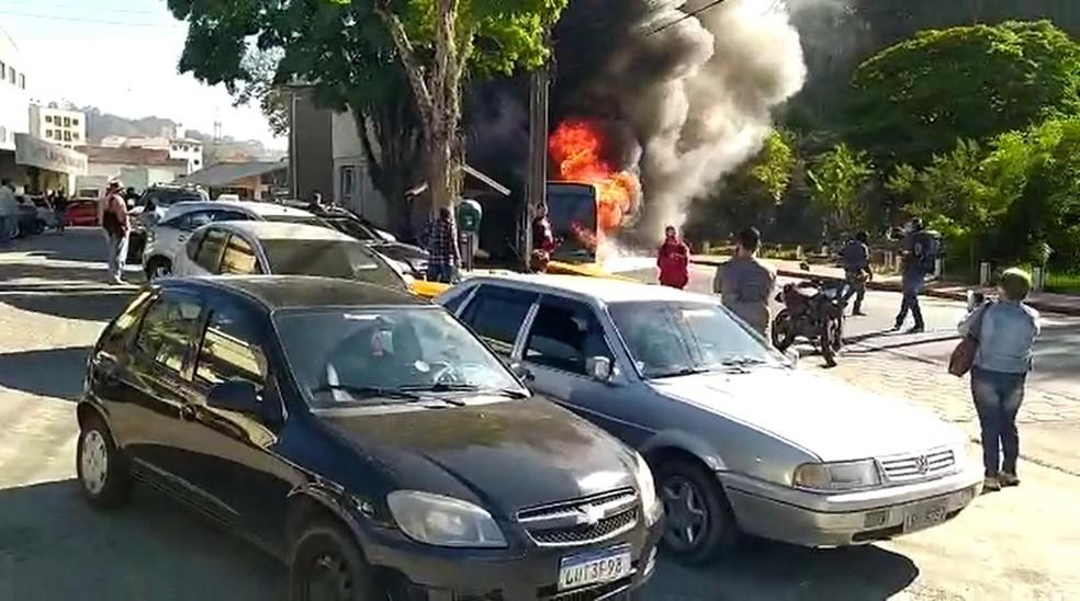 Ônibus tinha cerca de 20 passageiros quando pegou fogo em Nova Friburgo; todos conseguiram sair do veículo a tempo — Foto: Ádison Ramos/Inter TV