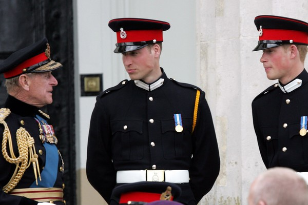 Príncipe Philip com os netos William e Harry em evento com honrarias militares (Foto: Getty Images)