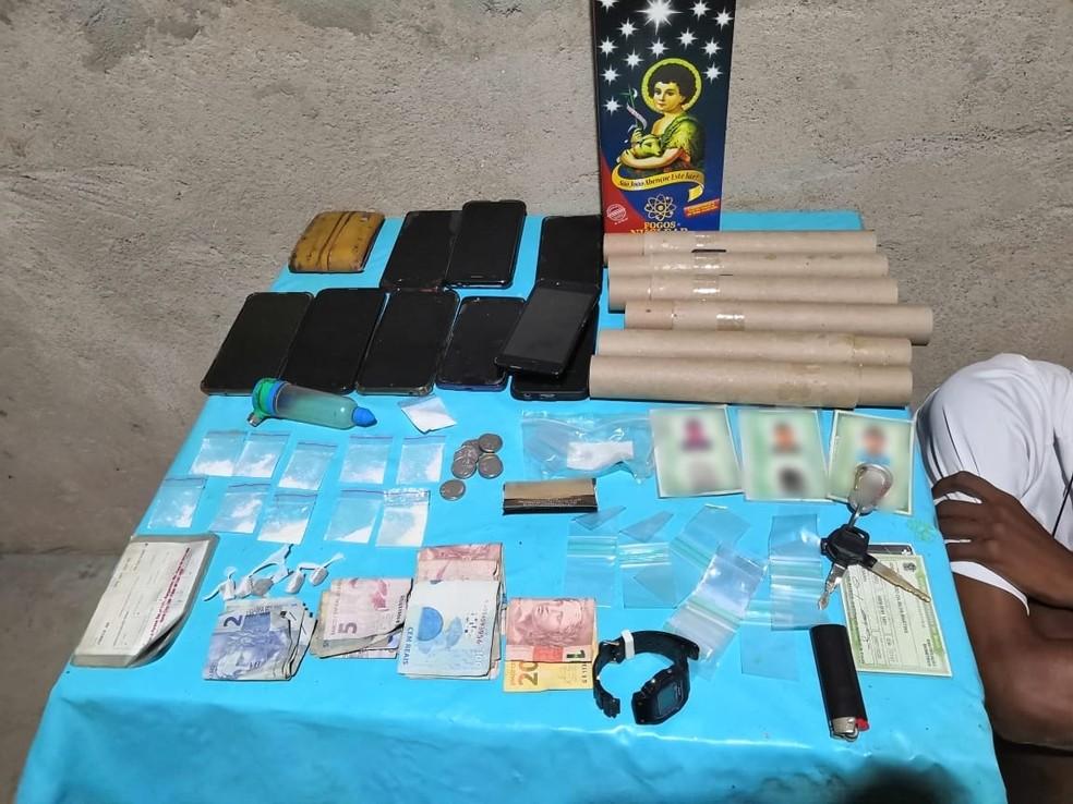 Drogas, fogos de artifício e outros materiais foram apreendidos durante operação da PM contra facção criminosa — Foto: Cedida