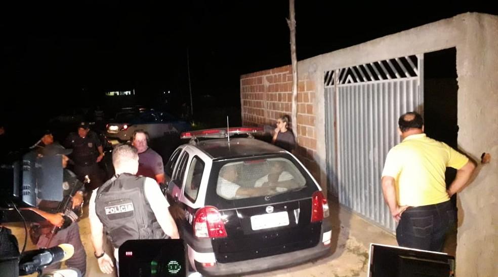 Suspeitos foram levados pela polícia até o local do crime — Foto: Caio Dias/Inter TV