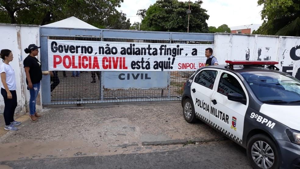 Policiais Civis durante protesto pelo pagamento do 13º salário de 2017 — Foto: Thyago Macedo/Sinpol/Divulgação