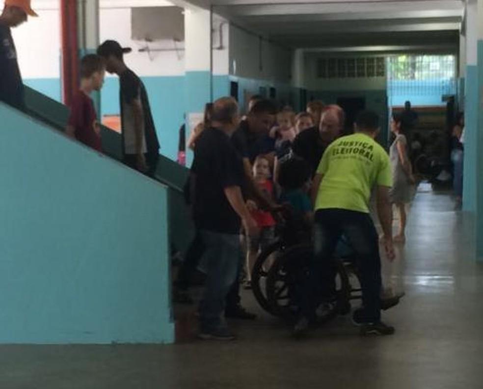Eleitora cadeirante precisa ser carregada em escola de Araraquara — Foto: Thayná Cunha/G1