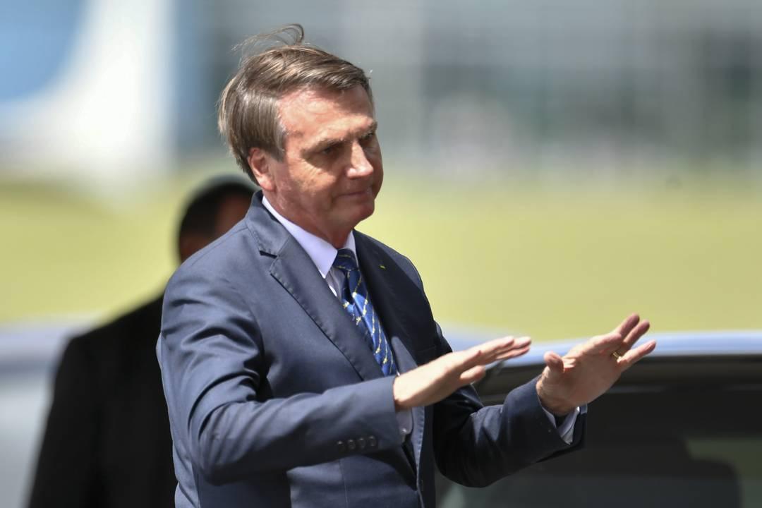 O presidente Jair Bolsonaro cumprimentou apoiadores de longe ao sair do Palácio da Alvorada, nesta sexta (13)