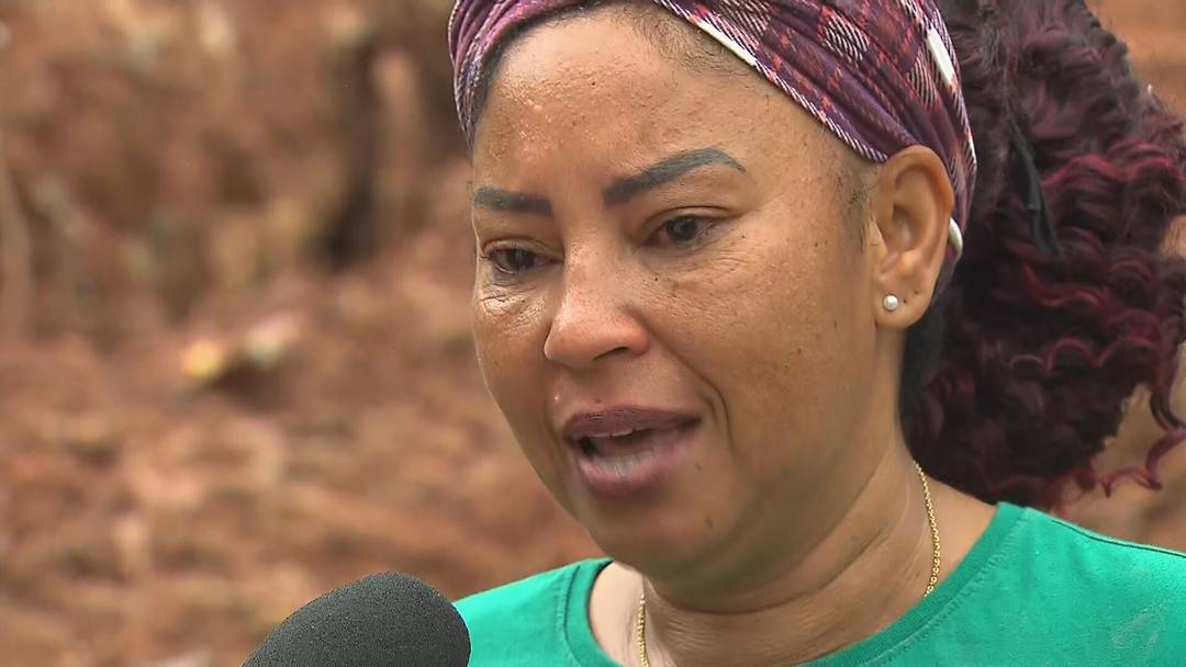Emocionada, Val Reis, avó de crianças resgatadas com vida em Betim, na Grande BH, faz desabafo e critica demora do Corpo de Bombeiros para chegar na comunidade. Netos foram resgatados por voluntários