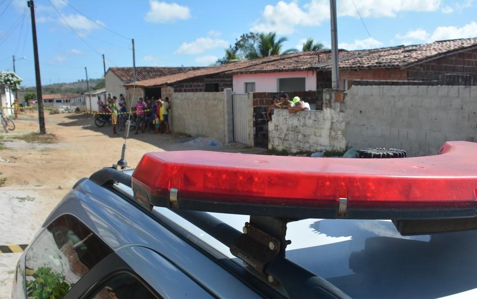 Polícia Militar durante ocorrência de homicídio, na Paraíba — Foto: Walter Paparazzo/G1