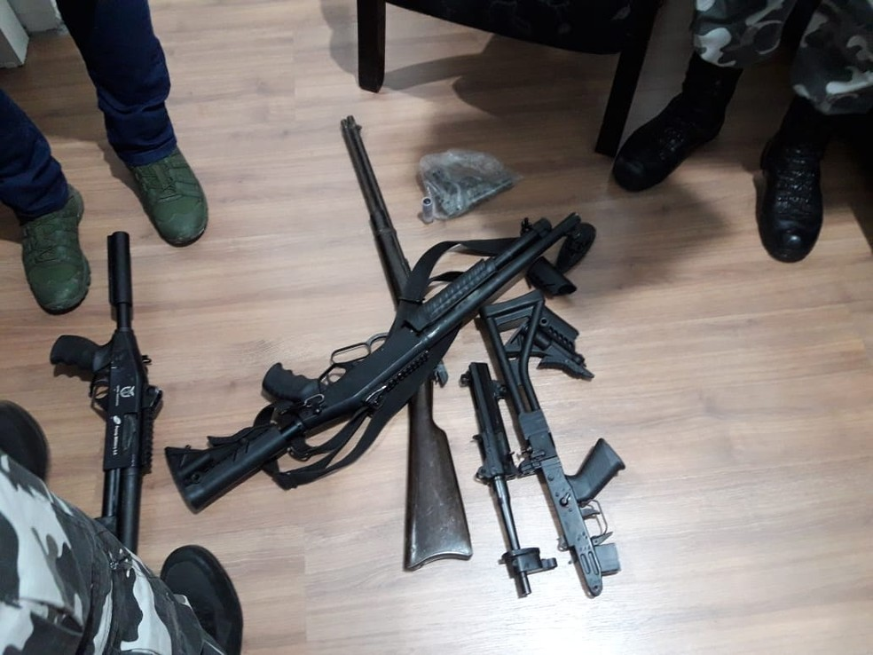 Armas que estavam em um cofre da delegacia foram quebradas — Foto: PM/Divulgação