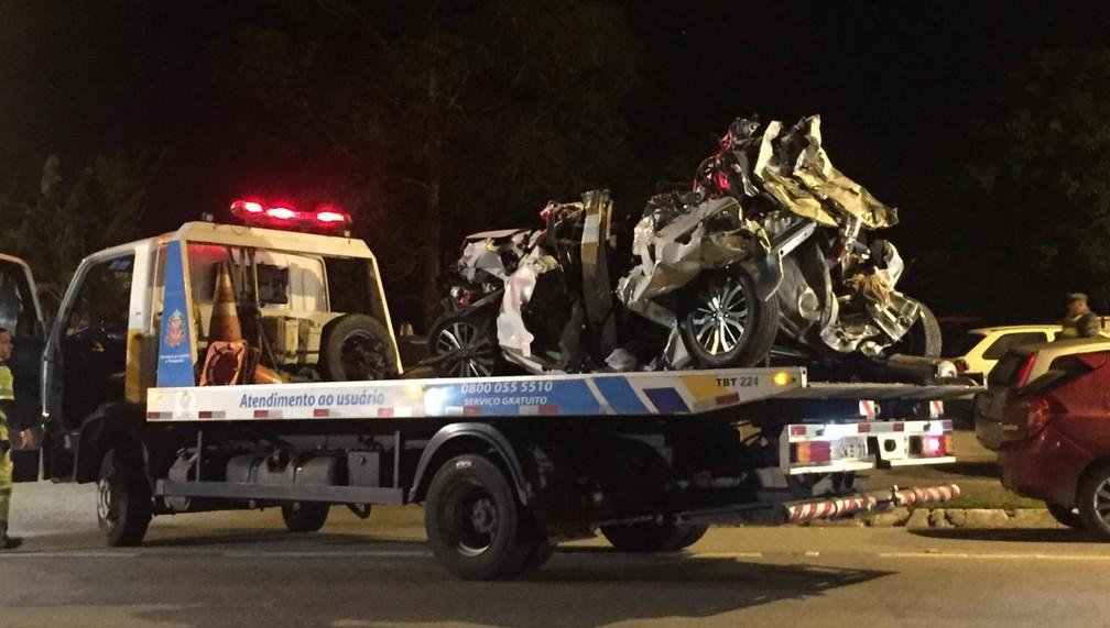 Um dos carros envolvidos no acidente na Floriano Rodrigues Pinheiro chega à base da PRE — Foto: Laurene Santos/TV Vanguarda