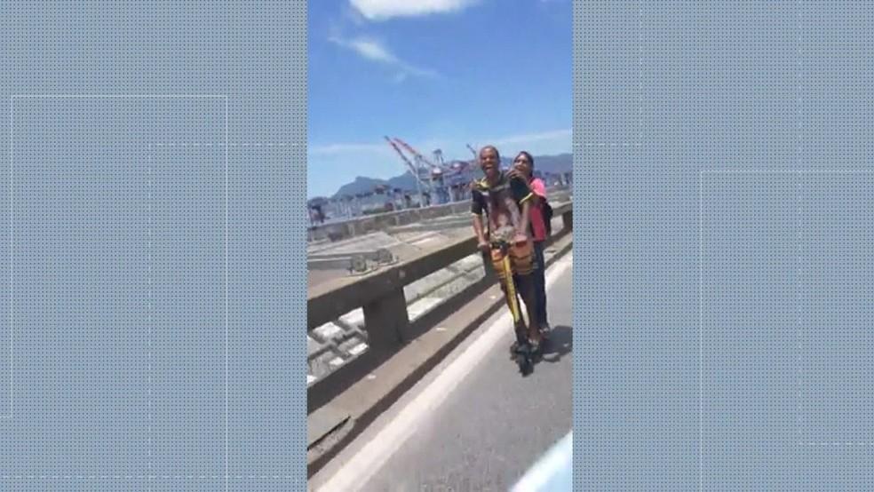 Ponte Rio-Niterói foi fechada por causa de dois rapazes, que andaram de patinete na via — Foto: Reprodução/ TV Globo
