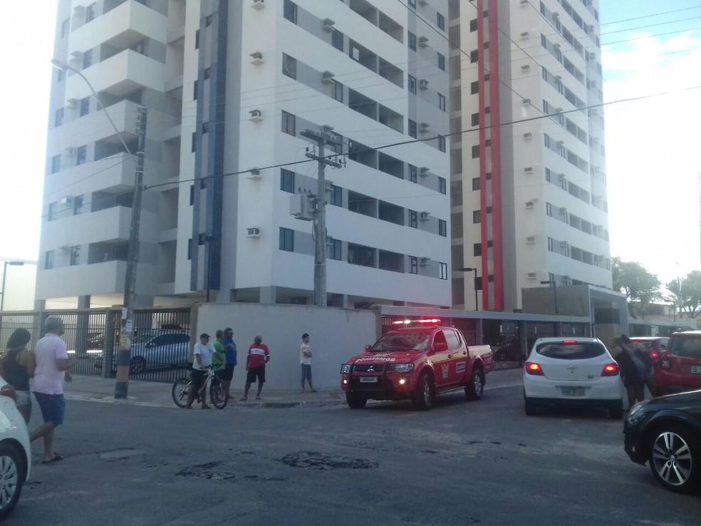 Moradores do Pinheiro saíram dos prédios após móveis tremer  (Foto: Roberta Cólen/G1)