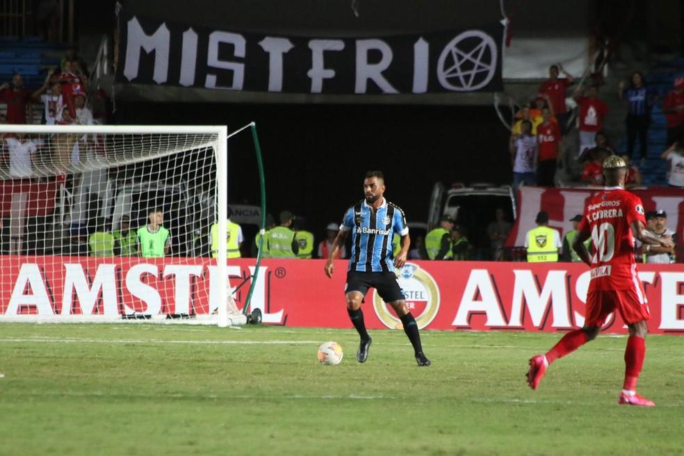 Maicon ainda não encontrou seu lugar no time com três volantes — Foto: Eduardo Moura/GloboEsporte.com