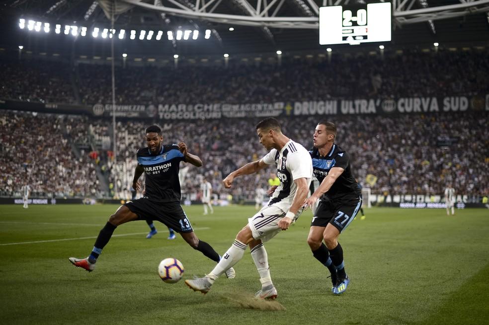 Wallace se esforça para marcar Cristiano Ronaldo na partida da Lazio (Foto: Nicolò Campo/LightRocket via Getty Images)