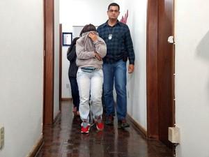 Mãe e filha foram detidas após prestarem depoimento na DIG em São Carlos (Foto: Fabio Rodrigues/G1)