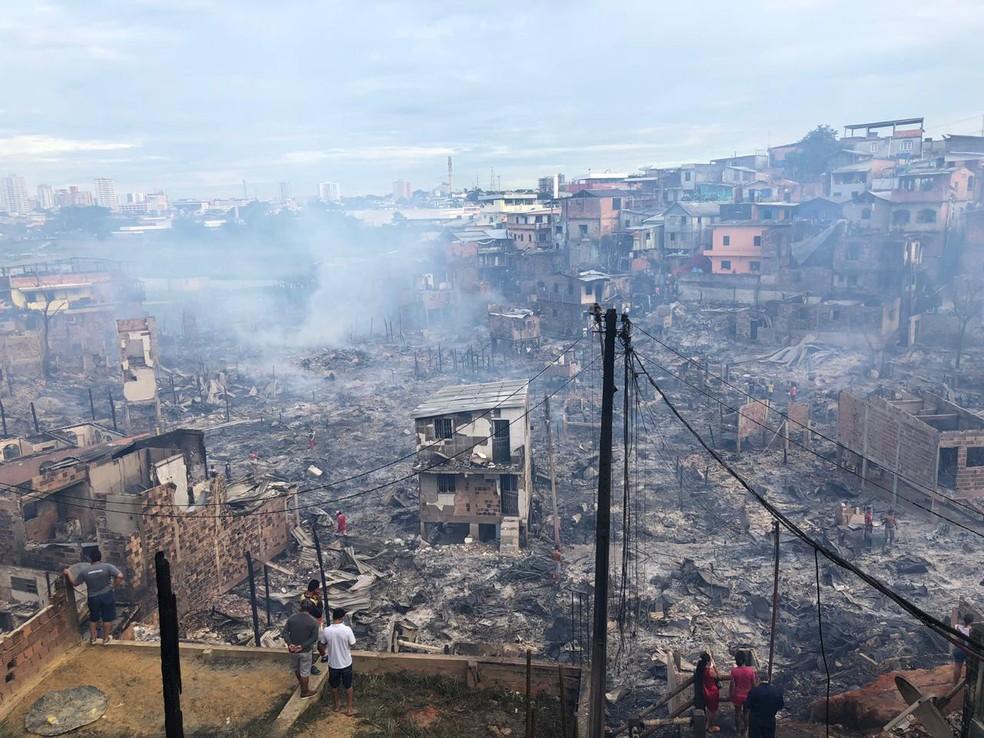 Local apresenta novas chamas e muita fumaça. — Foto: Roberta Bindá/ Rede Amazônica