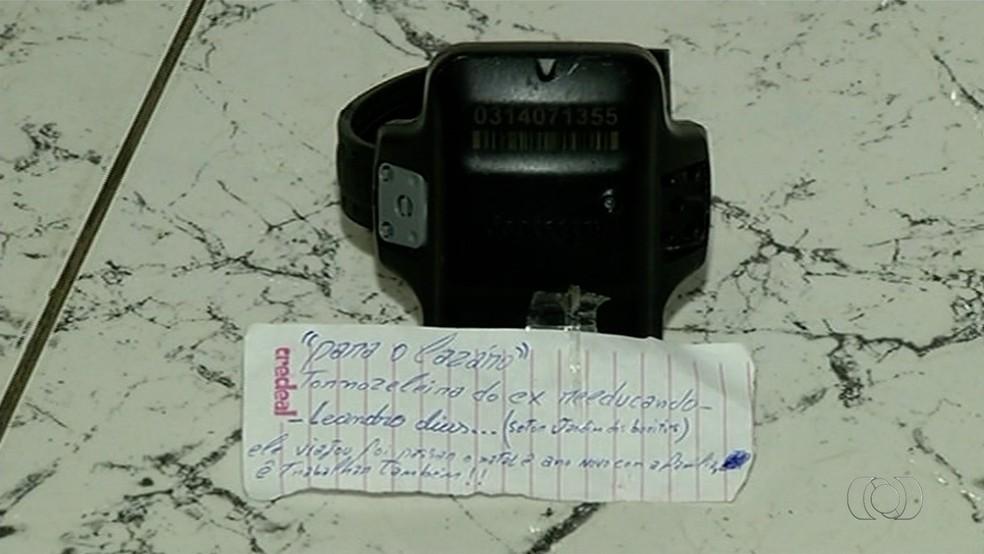 Tornozeleira e bilhete foram encontrados em delegacia de Gurupi — Foto: Reproducao/TV Anhanguera