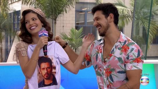 Vitória Strada invade Vídeo Show e ganha camiseta com o rosto de João Vicente