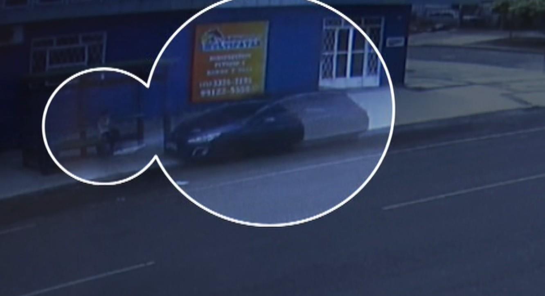 Carro invade calçada, atinge ponto de ônibus e quase atropela mulher que esperava condução; VÍDEO