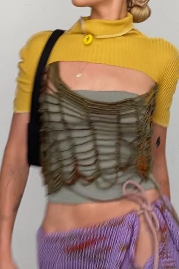 Suéter recortado que só cobre os braços e pescoço é a peça diferentona que promete ser tendência (Foto: @linmick)