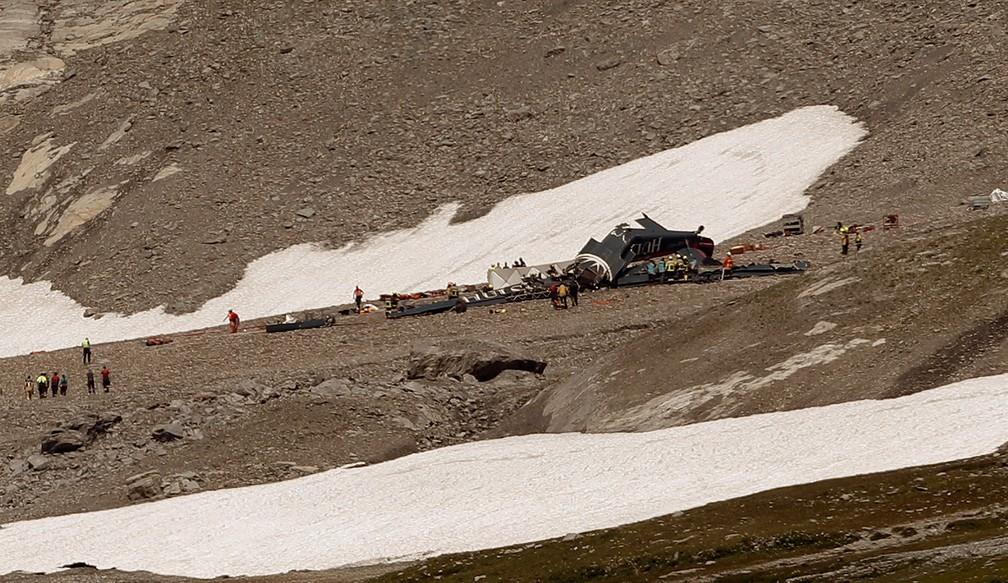 Vista geral mostra o local do acidente de um avião Junkers Ju-52, nos Alpes suíços, neste domingo (5)  (Foto: Arnd Wiegmann/ Reuters)