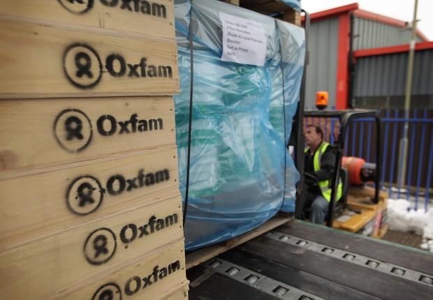 Caixas com ajuda humanitária em depósito da Oxfam (Foto: Peter Macdiarmid/Getty Images)