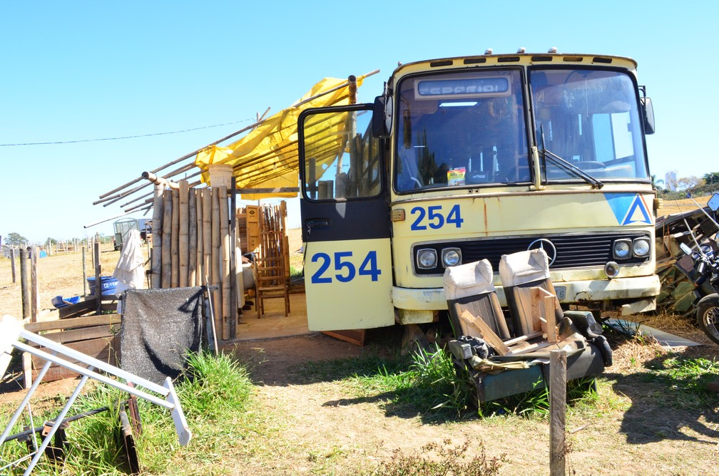 Idoso que mora em ônibus sensibiliza estudantes para reforma (Foto: Raquel Baes/ G1)