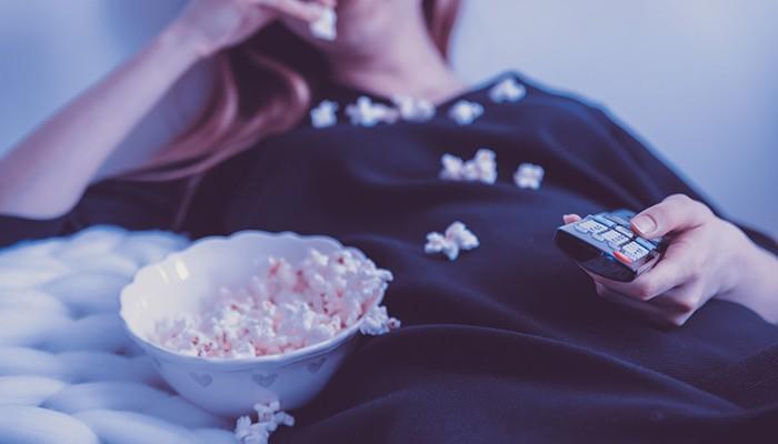 mulher, televisão, pipoca (Foto: Pixabay)