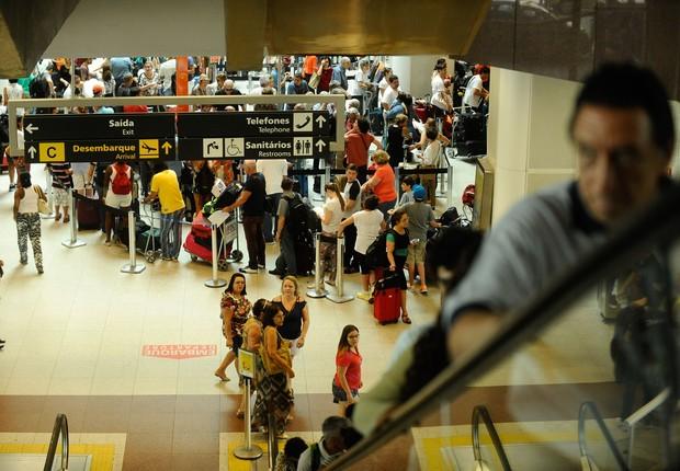 Movimentação de passageiros no aeroporto Santos Dumont do Rio (Foto: Tãnia Rego/Agência Brasil)
