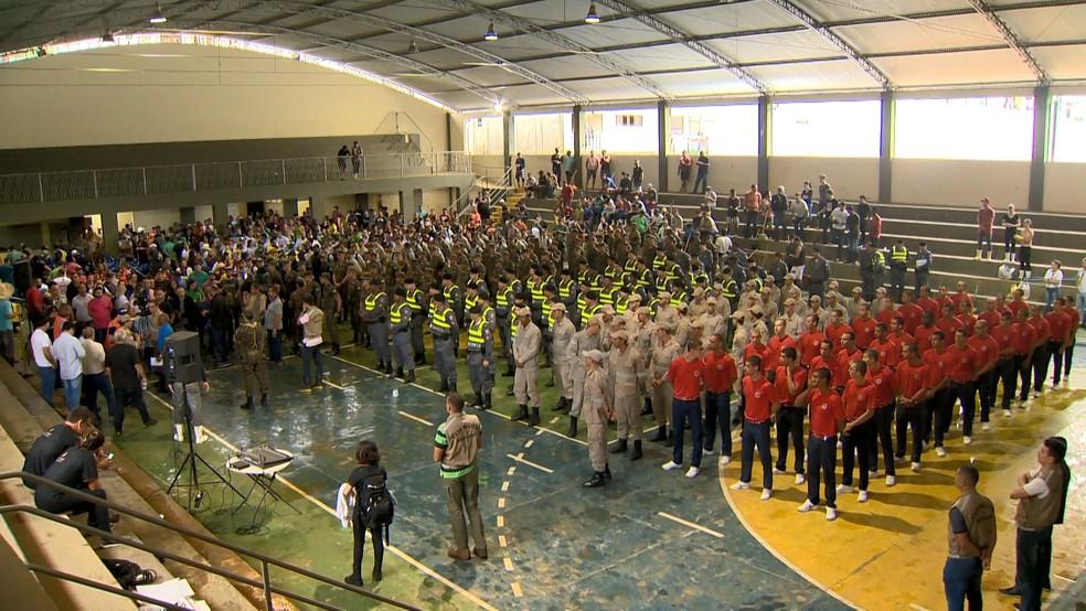 Mutirão de voluntários e militares convocados em Iconha, neste sábado (25) — Foto: Reprodução/TV Gazeta