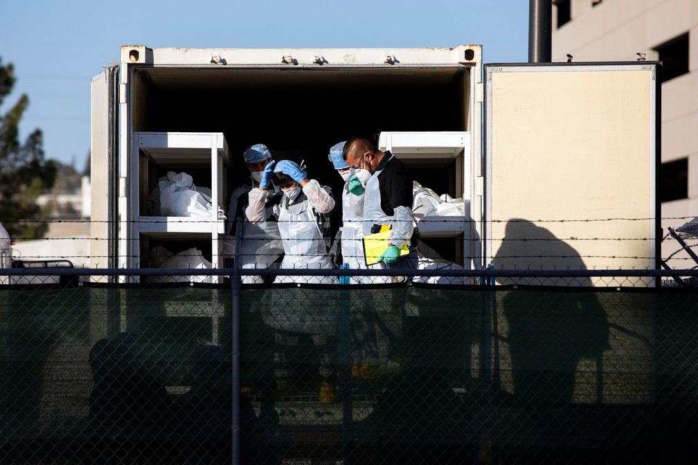 Detentos do condado de El Paso, no Texas, ajudam a mover corpos para dentro de trailers refrigerados em meio ao aumento de casos de Covid-19, no dia 14 de novembro. — Foto: Ivan Pierre Aguirre/Reuters