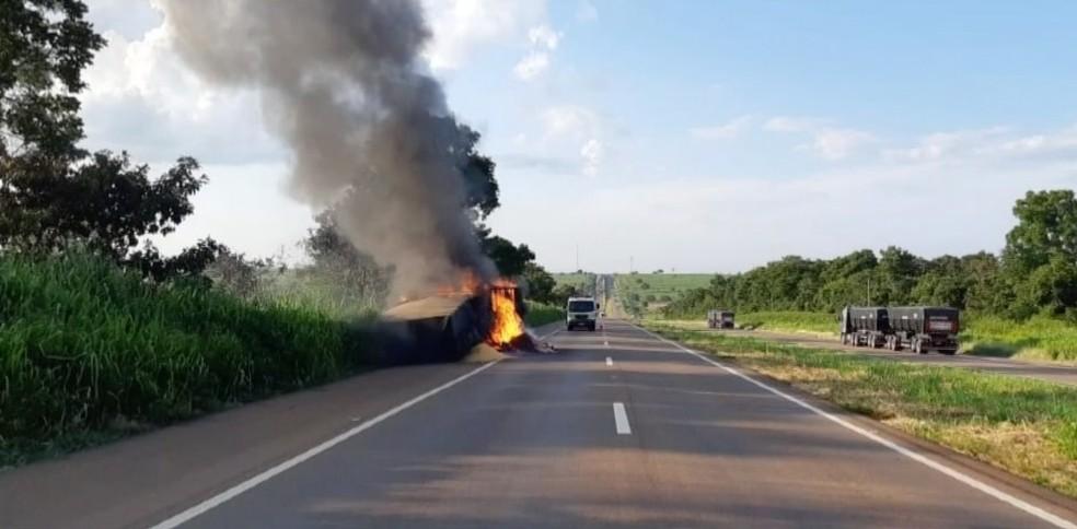 Carreta pegou fogo e parte da pista foi interditada — Foto: TVCA/Reprodução